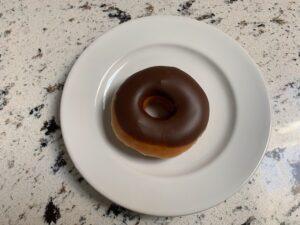 チョコがけドーナツをレンジにかけた画像